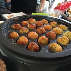 敬介 さんの たこ焼きと手巻きずし 鰹節から出汁を取ったおみそ汁とともに