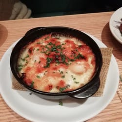 ESOLA  新宿店(エソラ) さんの 100種以上のワインビュッフェと新鮮なシーフードを使ったお料理のマリアージュを味わおう。